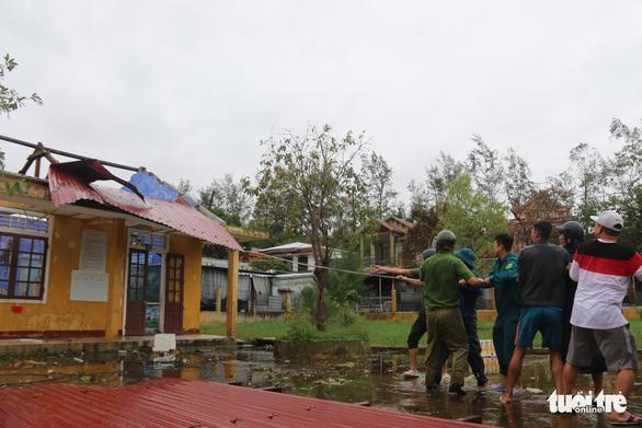 Gió bão tốc mái hàng loạt trường học, nhà dân ở Huế - Ảnh 3.