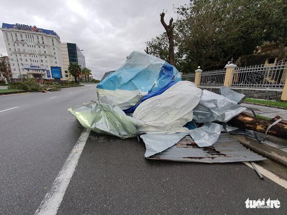 Gió bão tốc mái hàng loạt trường học, nhà dân ở Huế - Ảnh 9.