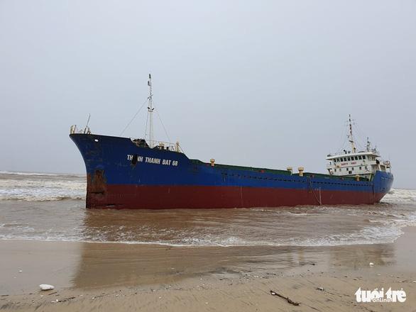 Bão đi dọc bờ biển miền Trung, gây gió mạnh, mưa to - Ảnh 3.