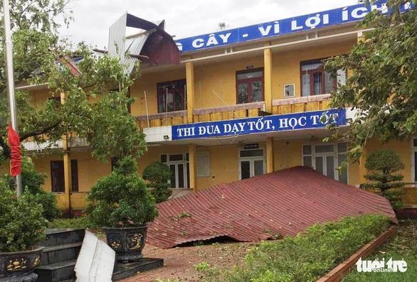 Gió bão tốc mái hàng loạt trường học, nhà dân ở Huế - Ảnh 1.