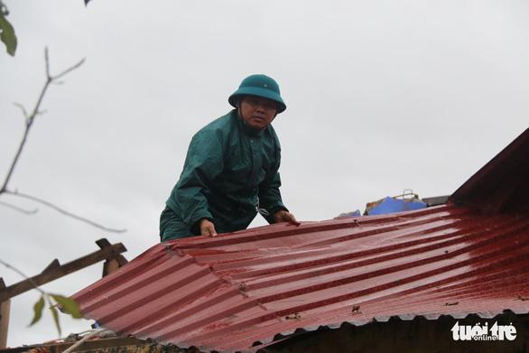 Gió bão tốc mái hàng loạt trường học, nhà dân ở Huế - Ảnh 5.