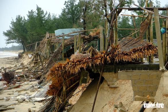 Sạt lở hàng chục kilômet dọc biển Quảng Trị sau bão Vamco - Ảnh 1.