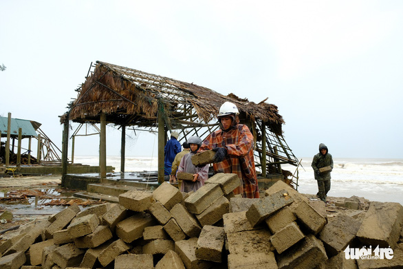 Sạt lở hàng chục kilômet dọc biển Quảng Trị sau bão Vamco - Ảnh 11.