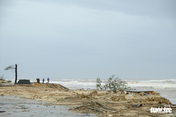 Sạt lở hàng chục kilômet dọc biển Quảng Trị sau bão Vamco - Ảnh 14.