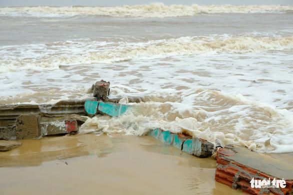 Sạt lở hàng chục kilômet dọc biển Quảng Trị sau bão Vamco - Ảnh 2.