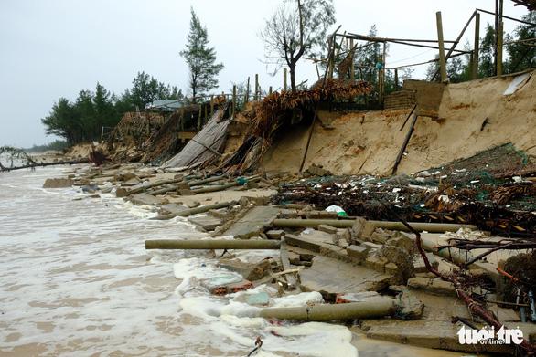 Sạt lở hàng chục kilômet dọc biển Quảng Trị sau bão Vamco - Ảnh 3.