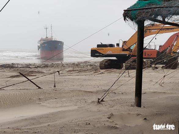 Bão đi dọc bờ biển miền Trung, gây gió mạnh, mưa to - Ảnh 4.