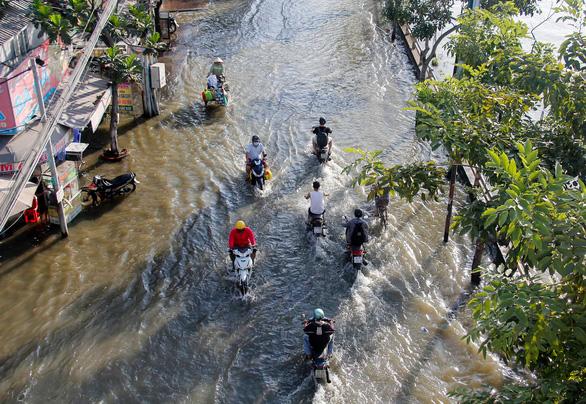 TP.HCM đón đợt triều cường cao nhất năm, đường phố ngập lênh láng - Ảnh 4.