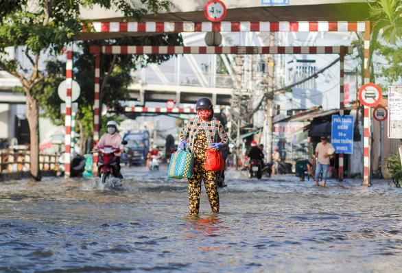 TP.HCM đón đợt triều cường cao nhất năm, đường phố ngập lênh láng - Ảnh 5.