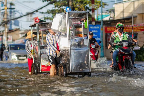 TP.HCM đón đợt triều cường cao nhất năm, đường phố ngập lênh láng - Ảnh 2.
