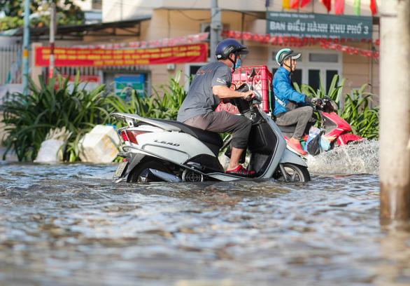 TP.HCM đón đợt triều cường cao nhất năm, đường phố ngập lênh láng - Ảnh 6.