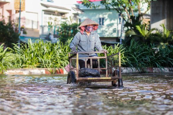 TP.HCM đón đợt triều cường cao nhất năm, đường phố ngập lênh láng - Ảnh 7.