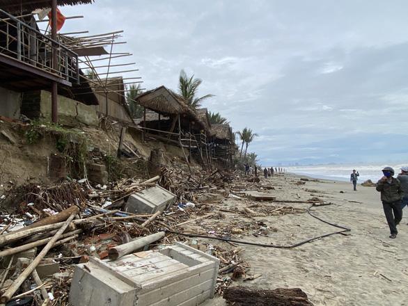 Sóng lớn nuốt chửng bờ biển An Bàng, hàng loạt nhà hàng bị sụt lún, đổ vùi - Ảnh 2.
