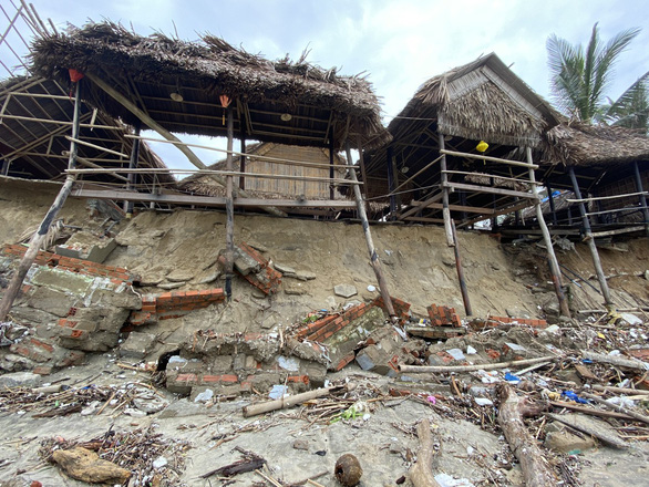 Sóng lớn nuốt chửng bờ biển An Bàng, hàng loạt nhà hàng bị sụt lún, đổ vùi - Ảnh 4.