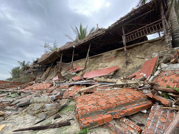 Sóng lớn nuốt chửng bờ biển An Bàng, hàng loạt nhà hàng bị sụt lún, đổ vùi - Ảnh 1.