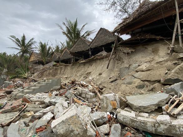 Sóng lớn nuốt chửng bờ biển An Bàng, hàng loạt nhà hàng bị sụt lún, đổ vùi - Ảnh 3.