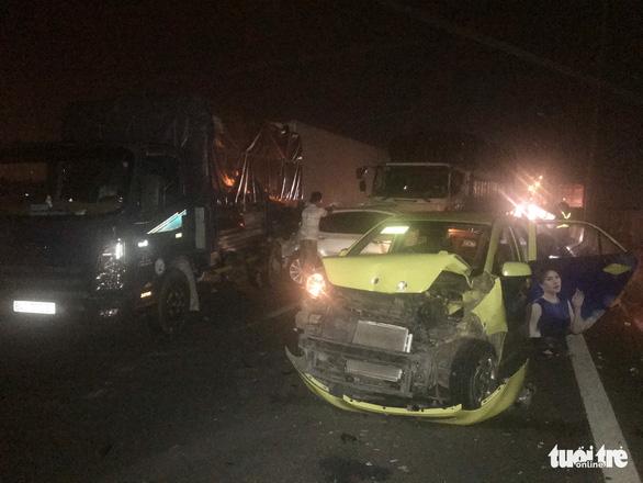 Hàng loạt xe đụng nhau, cao tốc Trung Lương kẹt cứng hơn 10 cây số trong đêm - Ảnh 2.