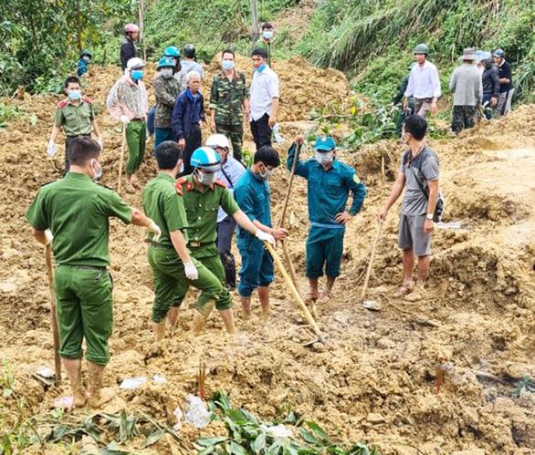 Tìm thấy thi thể nạn nhân bị đất đá núi đẩy xa đến 80m - Ảnh 1.