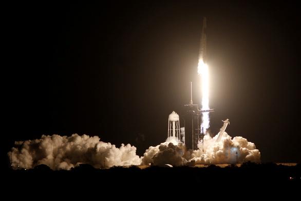 Rồng của SpaceX đã bay vào không gian - Ảnh 2.