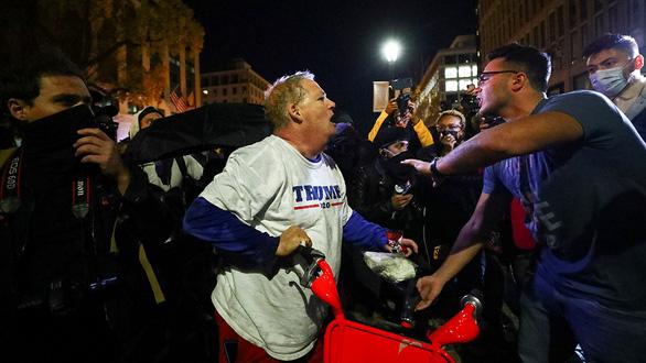 Hậu bầu cử Mỹ: Mâu thuẫn dâng cao giữa phe ủng hộ ông Trump và phe phản đối - Ảnh 1.