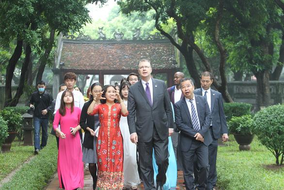 Đại sứ Mỹ Kritenbrink thăm Văn Miếu, tưởng niệm danh nhân Chu Văn An - Ảnh 1.