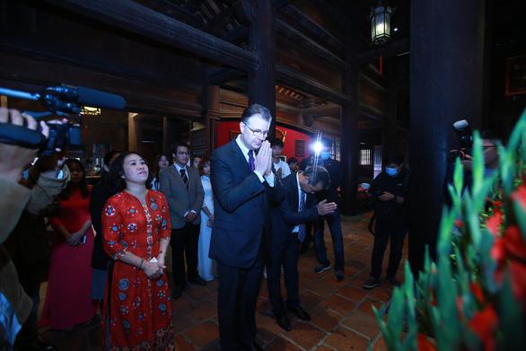 Đại sứ Mỹ Kritenbrink thăm Văn Miếu, tưởng niệm danh nhân Chu Văn An - Ảnh 2.