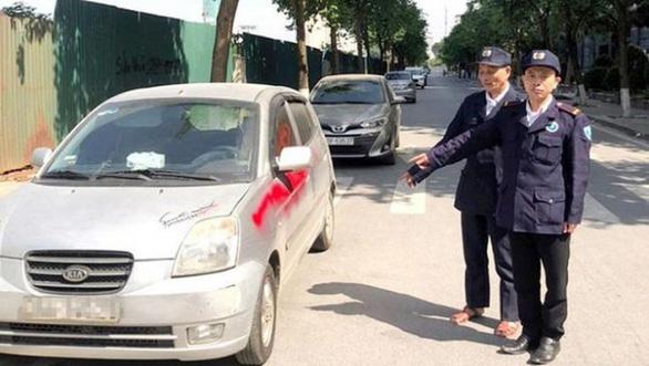 Khởi tố nhóm bảo vệ xịt sơn lên 10 ôtô vì chủ xe không gửi xe trong bãi - Ảnh 1.