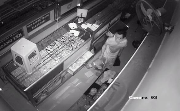 Kẻ trộm đột nhập tiệm bạc từ nóc nhà cuỗm nhiều tài sản trị giá 1,2 tỉ - Ảnh 2.