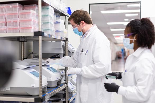 Cơ quan quản lý dược phẩm châu Âu phê chuẩn vắc xin của Moderna - Ảnh 1.