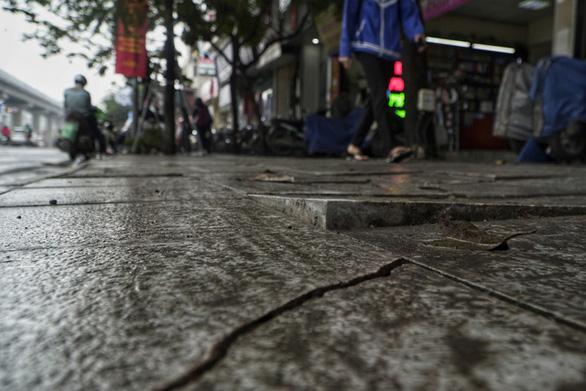 Vỉa hè lát đá độ bền 70 năm ở Hà Nội mới 3 năm đã nứt vỡ - Ảnh 2.