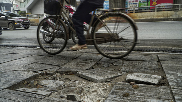Vỉa hè lát đá độ bền 70 năm ở Hà Nội mới 3 năm đã nứt vỡ - Ảnh 3.