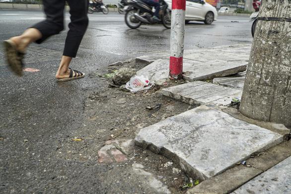 Vỉa hè lát đá độ bền 70 năm ở Hà Nội mới 3 năm đã nứt vỡ - Ảnh 4.