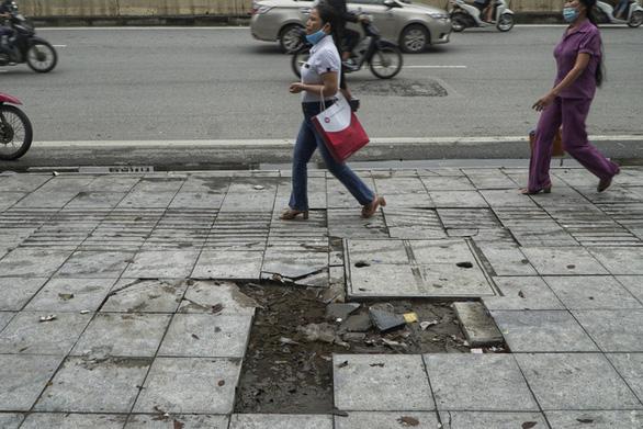 Vỉa hè lát đá độ bền 70 năm ở Hà Nội mới 3 năm đã nứt vỡ - Ảnh 5.