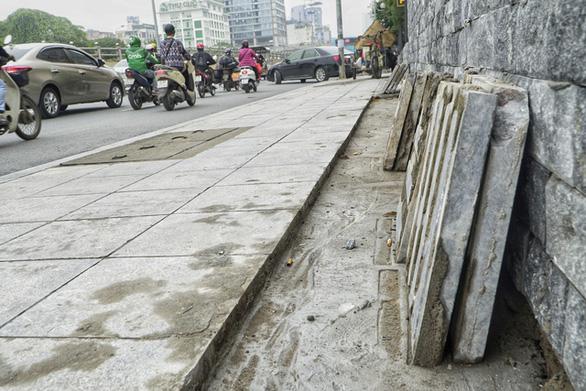 Vỉa hè lát đá độ bền 70 năm ở Hà Nội mới 3 năm đã nứt vỡ - Ảnh 6.