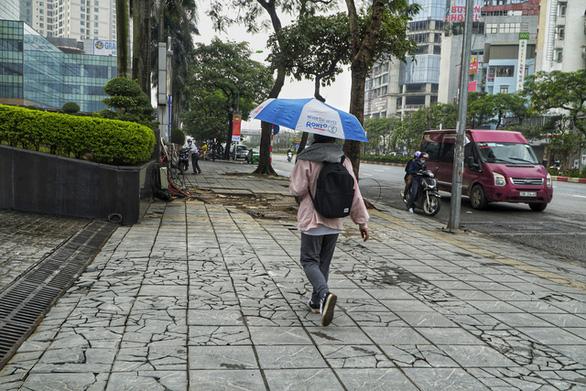Vỉa hè lát đá độ bền 70 năm ở Hà Nội mới 3 năm đã nứt vỡ - Ảnh 7.