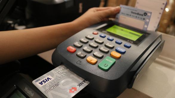 Méo mặt vì phí cà thẻ quá cao - Ảnh 2.
