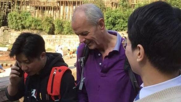 Tổng lãnh sự Anh ở Trung Quốc được ca ngợi khi nhảy xuống sông cứu người - Ảnh 1.