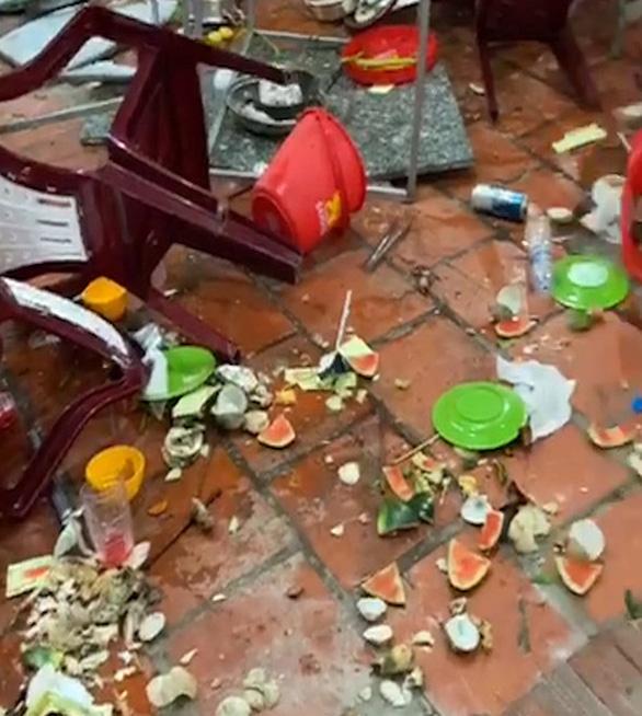 Không chịu chung tiền bảo kê, quán ăn ngay trung tâm TP Vĩnh Long bị đập phá - Ảnh 1.