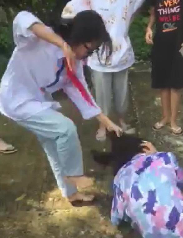 Nữ sinh Thanh Hóa bị đánh hội đồng, bạn bè xung quanh hò reo quay clip - Ảnh 1.