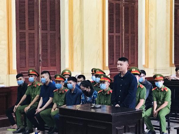 Giả danh công an lừa hàng chục tỉ đồng, nhóm người Trung Quốc hầu tòa - Ảnh 1.
