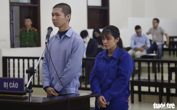 Cha dượng vụ đánh bé gái 3 tuổi tử vong nói bé chết do bị cảm - Ảnh 1.