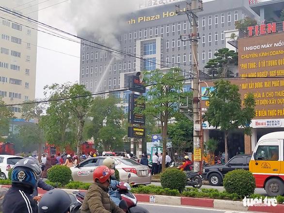 Cháy khách sạn 4 sao 8 tầng ở Vinh, khách tháo chạy lúc sáng sớm - Ảnh 3.