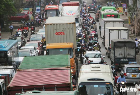 Chờ cầu vượt, đường cửa ngõ tây nam Hà Nội kẹt xe như cơm bữa - Ảnh 3.