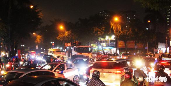 Chờ cầu vượt, đường cửa ngõ tây nam Hà Nội kẹt xe như cơm bữa - Ảnh 2.
