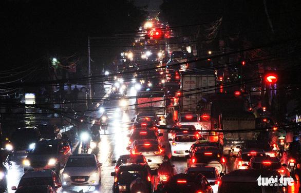 Chờ cầu vượt, đường cửa ngõ tây nam Hà Nội kẹt xe như cơm bữa - Ảnh 1.