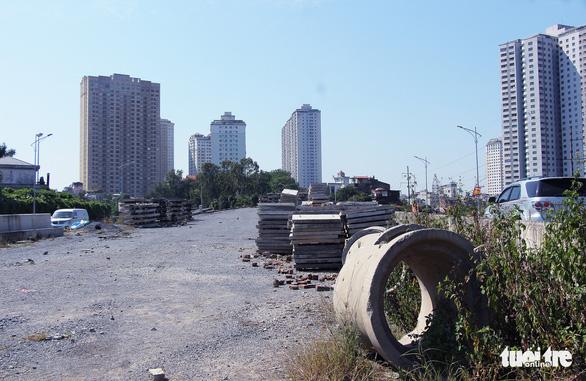 Chờ cầu vượt, đường cửa ngõ tây nam Hà Nội kẹt xe như cơm bữa - Ảnh 4.