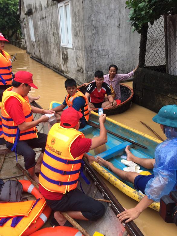 P&G Việt Nam hỗ trợ nước uống sạch và quà cho người dân vùng lũ - Ảnh 1.