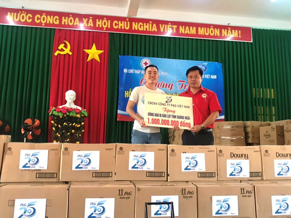P&G Việt Nam hỗ trợ nước uống sạch và quà cho người dân vùng lũ - Ảnh 2.