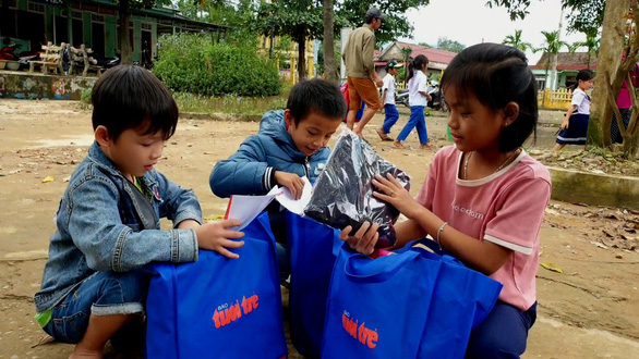 Mang quà tặng của bạn đọc đến với học sinh và giáo viên vùng lũ Quảng Trị - Ảnh 1.
