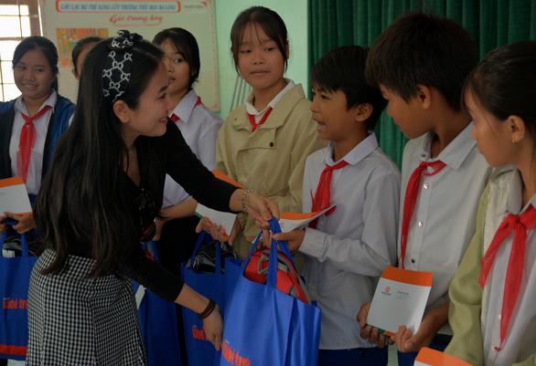 Mang quà tặng của bạn đọc đến với học sinh và giáo viên vùng lũ Quảng Trị - Ảnh 2.